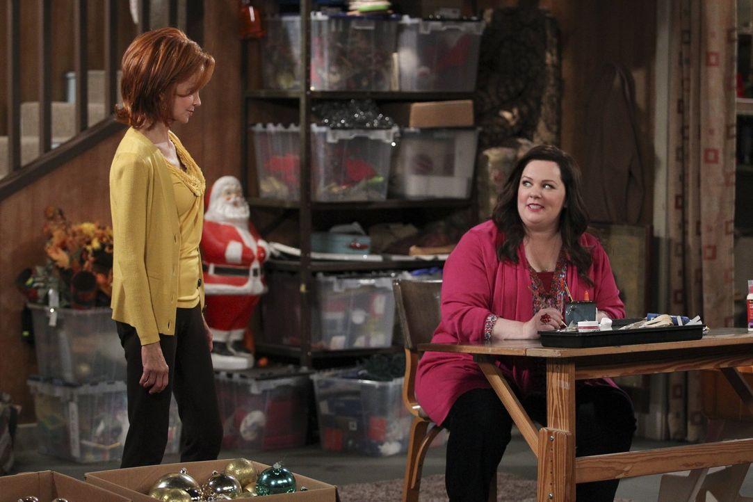 Bereiten sich und das Haus für Weihnachten vor: Joyce (Swoosie Kurtz, l.) und Molly (Melissa McCarthy, r.) ... - Bildquelle: Warner Brothers