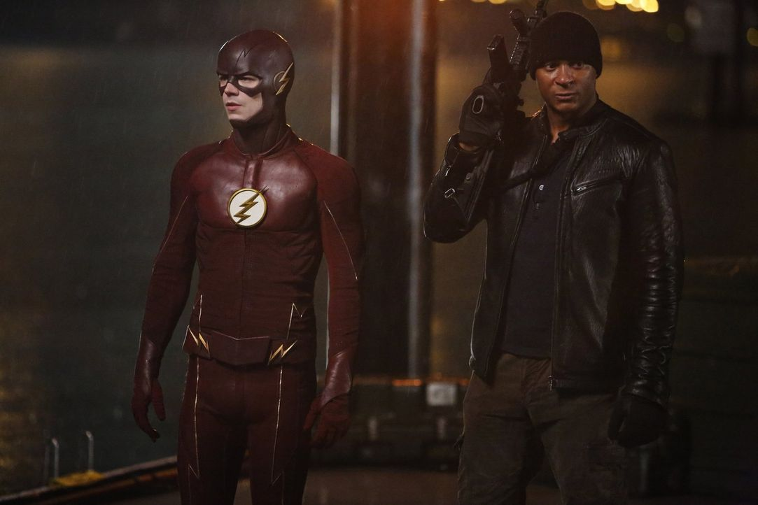 Barry alias The Flash (Grant Gustin, l.) und Digs (David Ramsey, r.) müssen zusammenarbeiten, um den riesigen King Shark endlich ein für alle Mal au... - Bildquelle: Warner Bros. Entertainment, Inc.
