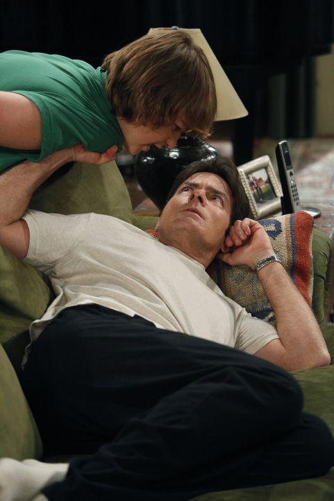 Jake (Angus T. Jones, l.) hat seinen Lernführerschein und braucht nun einen Erwachsenen, um sich hinter das Steuer setzen zu dürfen. Er versucht a... - Bildquelle: Warner Brothers Entertainment Inc.