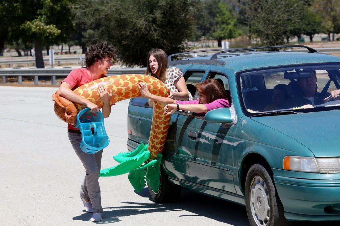 Familie Heck will Sohnemann Axl (Charlie McDermott, l.) entgegen seines Willens gemeinsam zum College fahren. Schon bald endet die Fahrt mit Sue (Ed... - Bildquelle: Warner Brothers