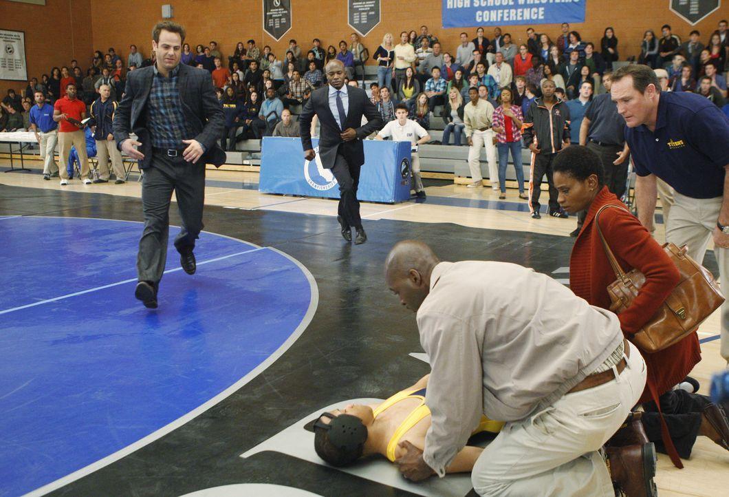 Während eines Ringkampfes bricht Tyler (Tequan Richmond, liegend) plötzlich zusammen. Seine Eltern Stacy (Adina Porter, 2.v.r.) und Randy (Michael... - Bildquelle: ABC Studios