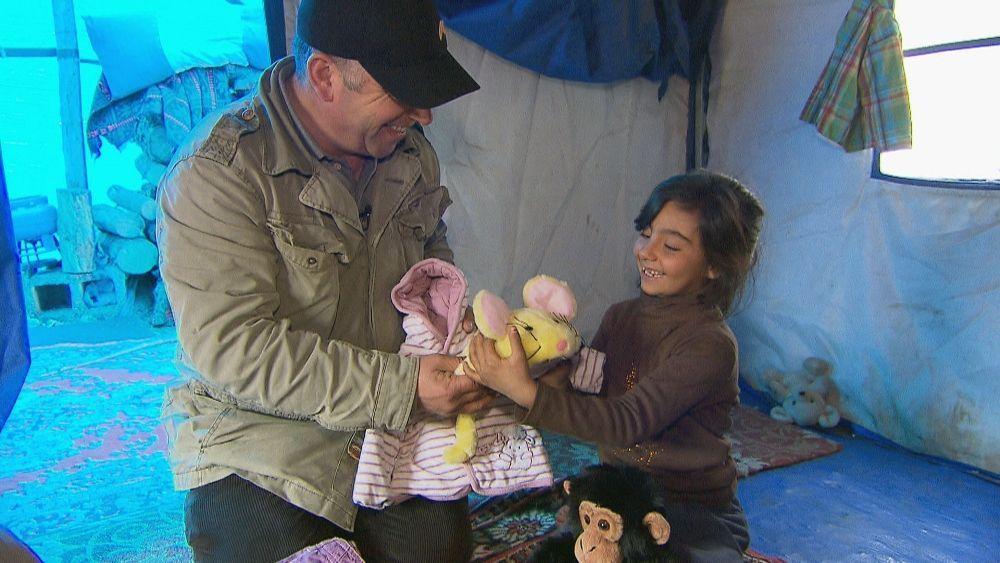 Vater Mahmoud verteilt Spenden an ein Kind