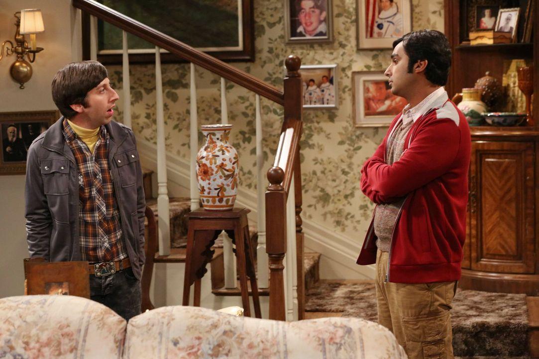 Howard (Simon Helberg, l.) ist verwirrt von Stuarts engem Verhältnis zu seiner Mutter und sucht Rat bei Raj (Kunal Nayyar, r.). Doch kann er ihm wir... - Bildquelle: Warner Brothers