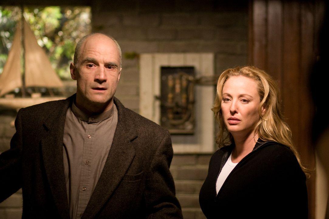 Als Sara (Virginia Madsen, r.) erkennt, dass ihre Familie von Geistern aus der Vergangenheit bedroht wird, holt sie den ebenfalls an Krebs erkrankte... - Bildquelle: Falcom Media