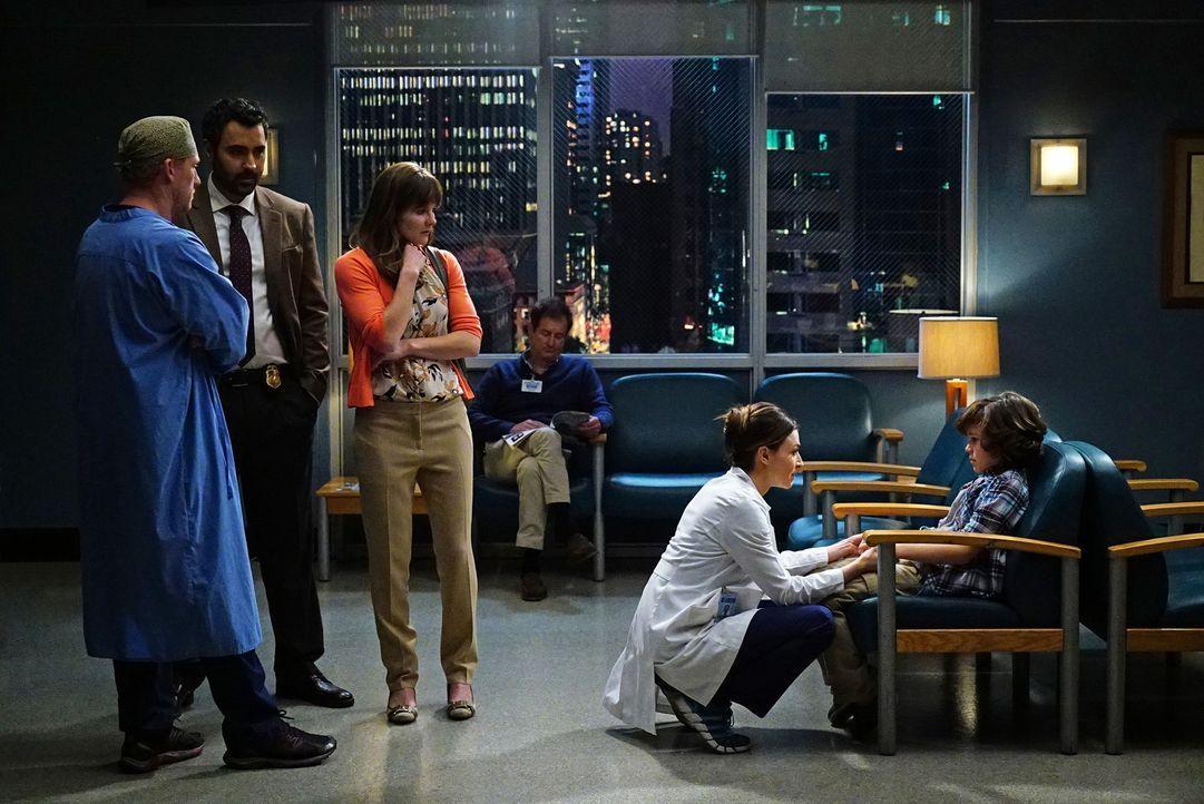 Nach alldem was geschehen ist, macht sich Peter (Zackary Arthur, r.) große Vorwürfe. Während sich Owen (Kevin McKidd, l.) mit seiner Mutter Danielle... - Bildquelle: Richard Cartwright ABC Studios