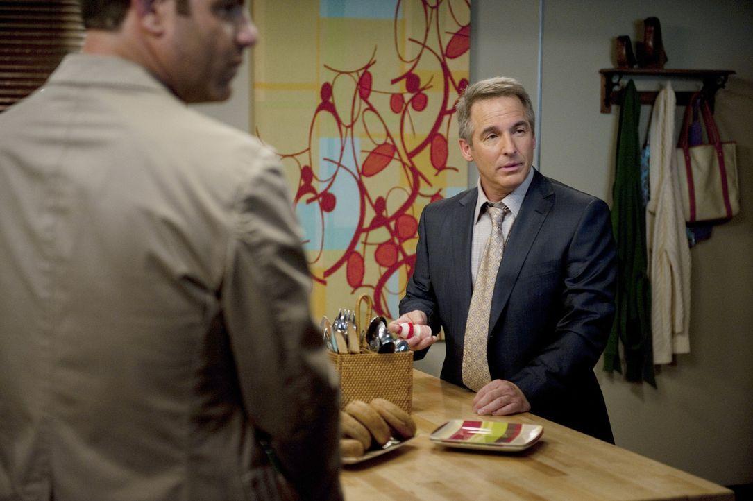 Eine schockierende Nachricht erreicht Cooper (Paul Adelstein, l.) und Sheldon (Brian Benben, r.) ... - Bildquelle: ABC Studios