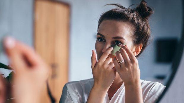 Eine kühlende und feuchtigkeitsspendende Maske hilft gegen Tränensäcke und ka...