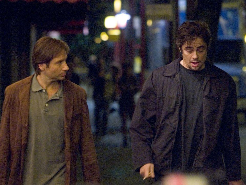 Als Brian Burke (David Duchovny, l.) beim Versuch, eine fremde Frau vor ihrem gewalttätigen Freund zu beschützen, erschossen wird, bricht für sei... - Bildquelle: DREAMWORKS LLC. ALL RIGHTS RESERVED.