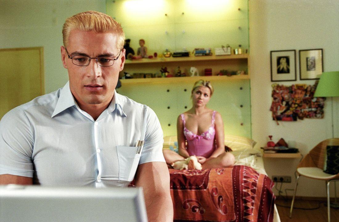Gunter (Petr Jákl, l.) ahnt nicht, dass Mieke (Jessica Böhrs, r.) einen hartnäckigen Verehrer hat, der sich bereits auf den weiten Weg von Amerika n... - Bildquelle: DreamWorks Distribution LLC