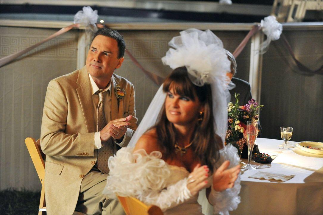 Obwohl Mike und sein Bruder Rusty (Norm MacDonald, l.) nie das beste Verhältnis hatten, kann Mike ihm nicht abschlagen, seine Hochzeit mit Marlene (... - Bildquelle: Warner Brothers