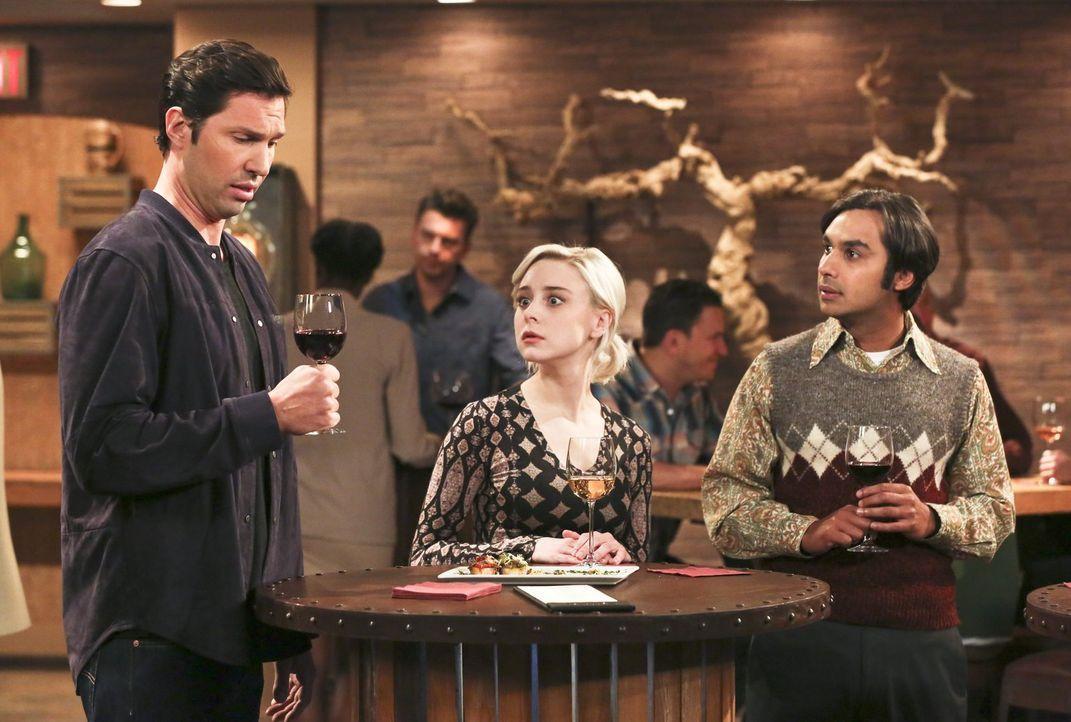 Raj (Kunal Nayyar, r.) ist entsetzt, als Pennys Exfreund Zack (Brian Smith, l.) bei einer Weinprobe mit Penny, Leonard, Howard, und Amy Rajs Freundi... - Bildquelle: 2016 Warner Brothers