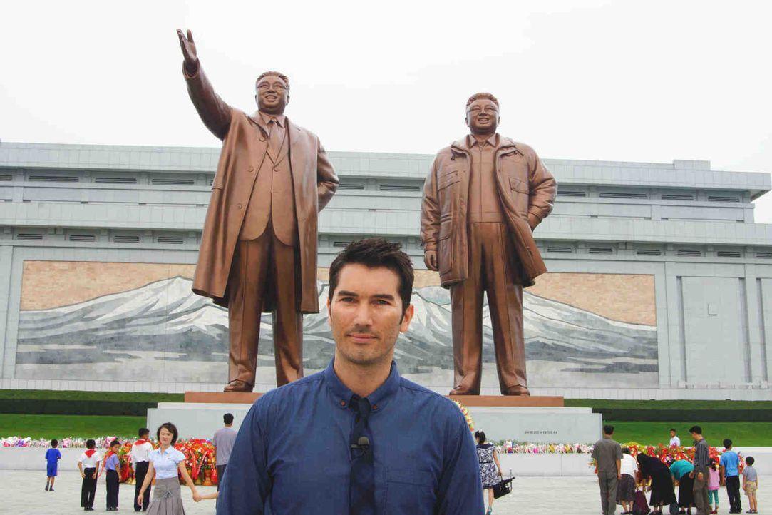 Stefan Gödde in Nordkorea vor den Statuen der verstorbenen Machthaber: Links der Ewige Präsident Kim Il Sung, rechts der Ewige General Kim Jong Il. - Bildquelle: ProSieben