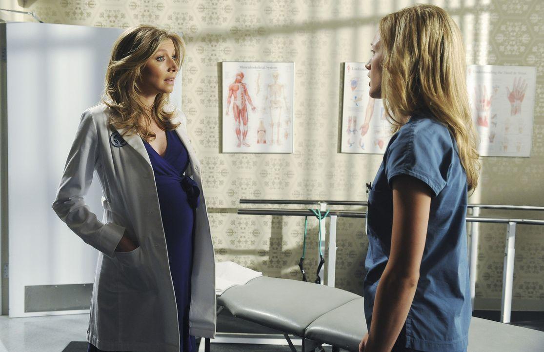 Während Turk versucht, einen neuen besten Freund zu finden, bietet Elliot (Sarah Chalke, l.) Lucy (Kerry Bishe, r.) ihre Hilfe an, damit diese mit... - Bildquelle: Touchstone Television