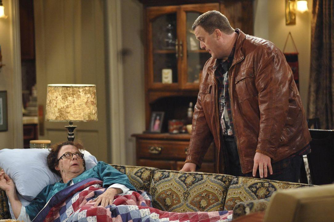 Mike (Billy Gardell, r.) besucht seine Mutter und muss feststellen, dass sie sich immer mehr gehen lässt. Er verspricht, sie öfter zu besuchen, wenn... - Bildquelle: Warner Brothers
