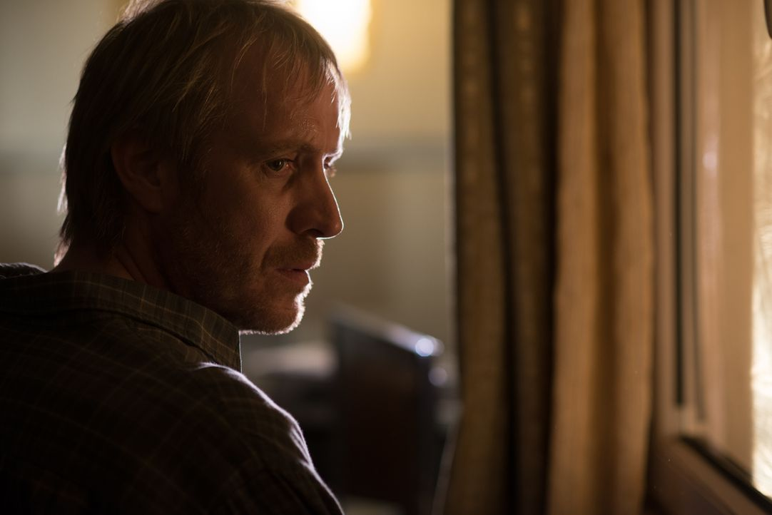 Seit Don Delussy (Rhys Ifans) unter multipler Sklerose leidet, ist für seine Tochter Fay nichts mehr, wie es war. Als sie ihm berichtet, einen Stalk... - Bildquelle: 2014 Twentieth Century Fox Film Corporation.  All rights reserved.