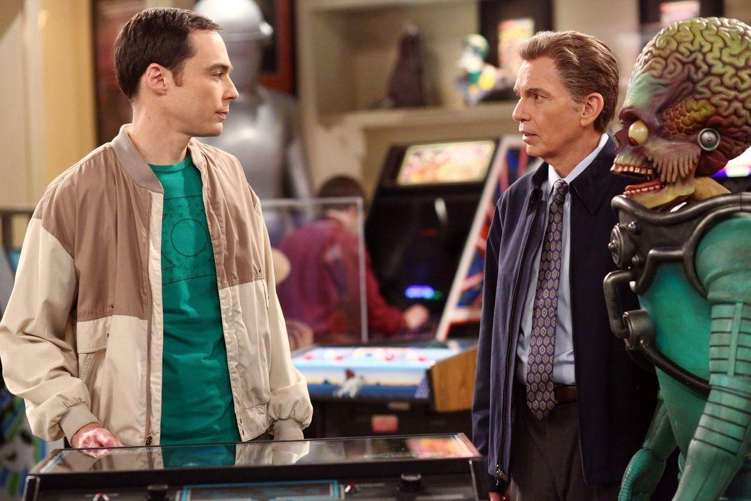 Als Sheldon (Jim Parsons, l.) die Filmrequisitensammlung von Dr. Lorvis (Billy Bob Thornton, r.) sieht, ist er total begeistert ... - Bildquelle: Warner Brothers