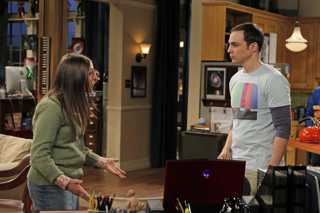 Sheldon (Jim Parsons, r.) entscheidet sich dafür, lieber mit seinen Freunden Videospiele zu spielen, als mit Amy (Mayim Bialik, l.) auf den Geburtst... - Bildquelle: Warner Bros. Television