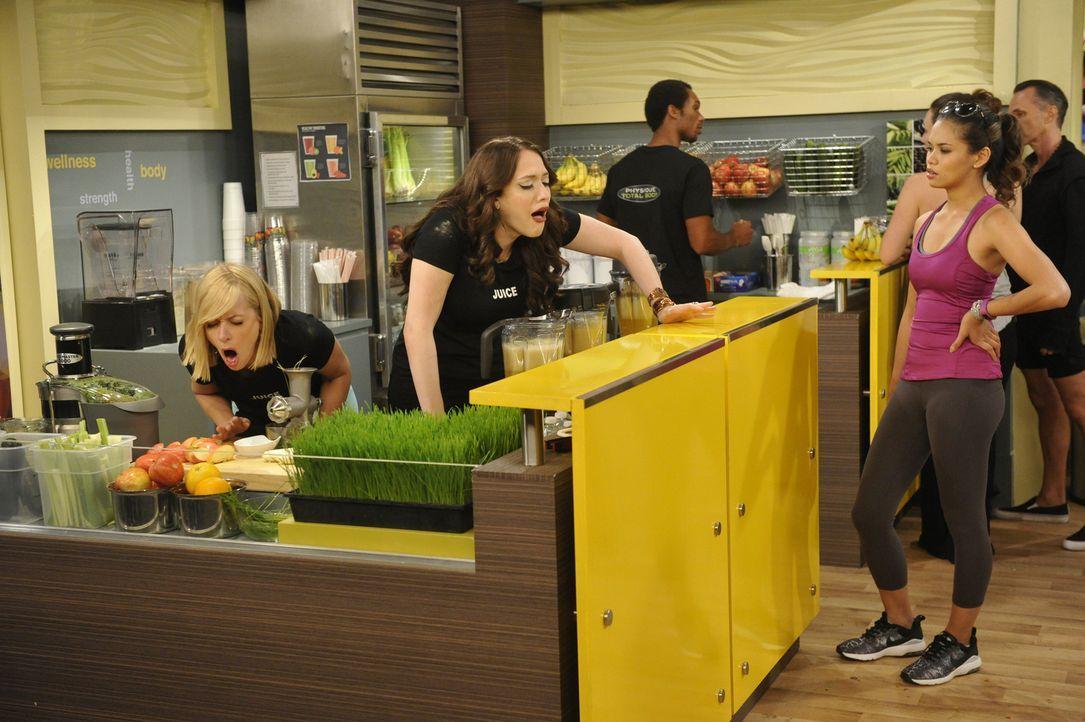 Max (Kat Dennings, l.) und Caroline (Beth Behrs, 2.v.l.) scheinen sich in ihrem neuen Nebenjob in einer Saftbar eines Fitnessstudios nicht unbedingt... - Bildquelle: Darren Michaels Warner Brothers