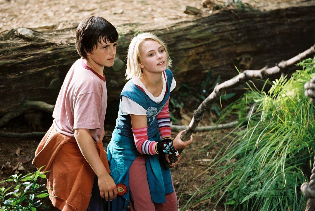 Zusammen erfinden Jess (Josh Hutcherson, l.) und Leslie (Anna Sophia Robb, r.) eine eigene Welt, das geheime Königreich Terabithia. Dieses lässt... - Bildquelle: 2006 Constantin Film, München