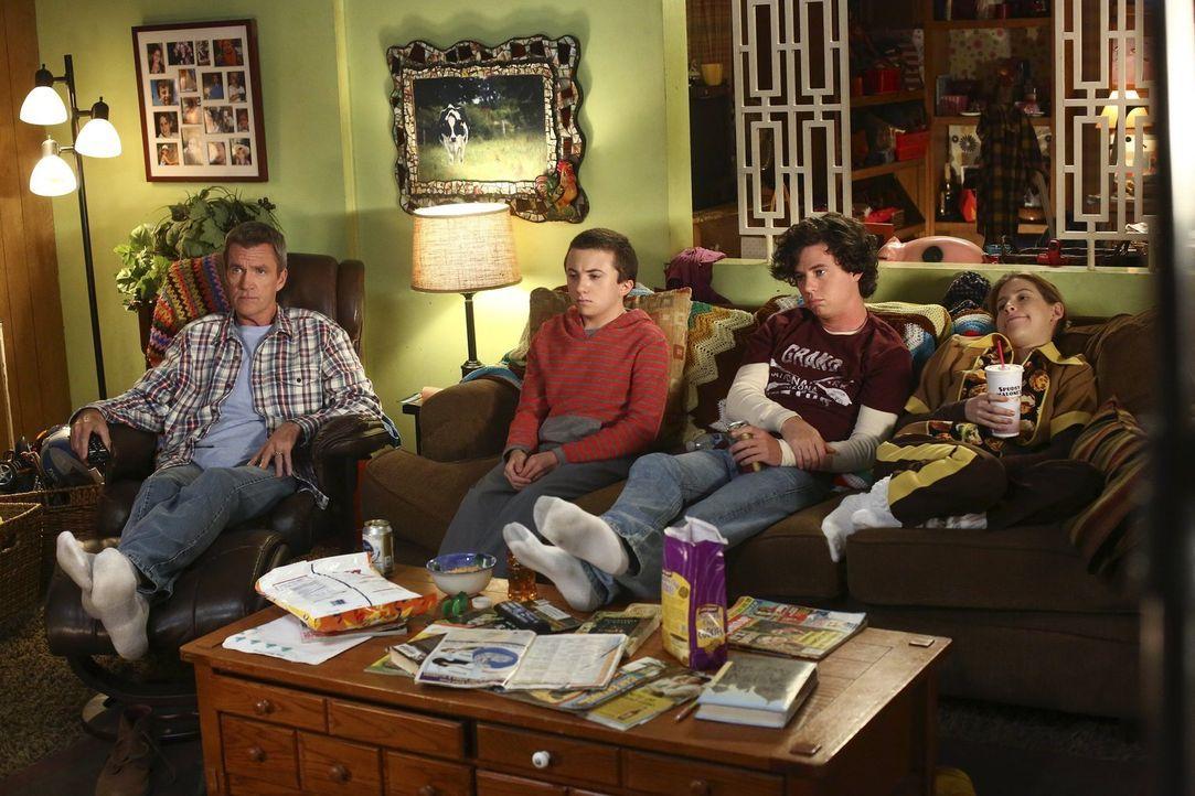 (v.l.n.r.) Mike (Neil Flynn); Brick (Atticus Shaffer); Axl (Charlie McDermott); Sue (Eden Sher) - Bildquelle: Warner Brothers