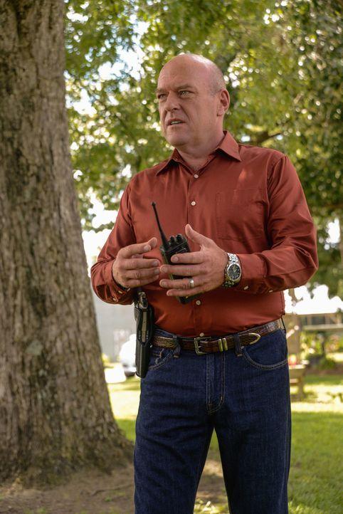 Die Bewohner der Kleinstadt verlangen von Big Jim (Dean Norris) Gerechtigkeit für die mutmaßlichen Taten von Barbie, der sich immer noch auf der F... - Bildquelle: 2013 CBS Broadcasting Inc. All Rights Reserved