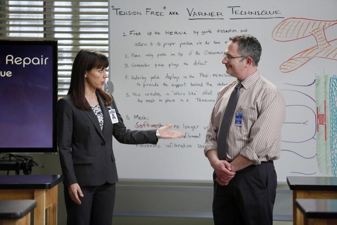 Dr. Cahill (Constance Zimmer, l.) stellt den Ärzten im Übungslabor Dr. Nessbaum (Andy Milder, l.) vor, der ihnen eine neue, einheitliche Methode f... - Bildquelle: ABC Studios