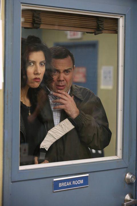 Rosa Diaz (Stephanie Beatriz, l.); Charles Boyle (Joe Lo Truglio, r.) - Bildquelle: Tyler Golden 2013 NBC Studios LLC. All Rights Reserved. / Tyler Golden