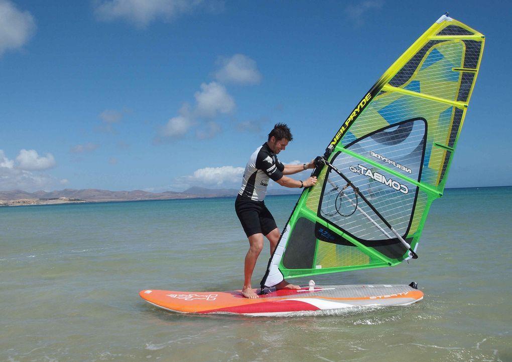 Urlaubschecker Thore Schölermann nimmt Surfunterricht auf Fuerteventura ... - Bildquelle: ProSieben