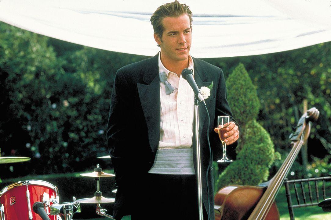 Um dem zukünftig Verheirateten noch einmal die Freuden des Lebens spüren zu lassen, schleppt Mike (Ryan Reynolds) David durch die verruchten Clubs... - Bildquelle: 2003 Sony Pictures Television International. All Rights Reserved.