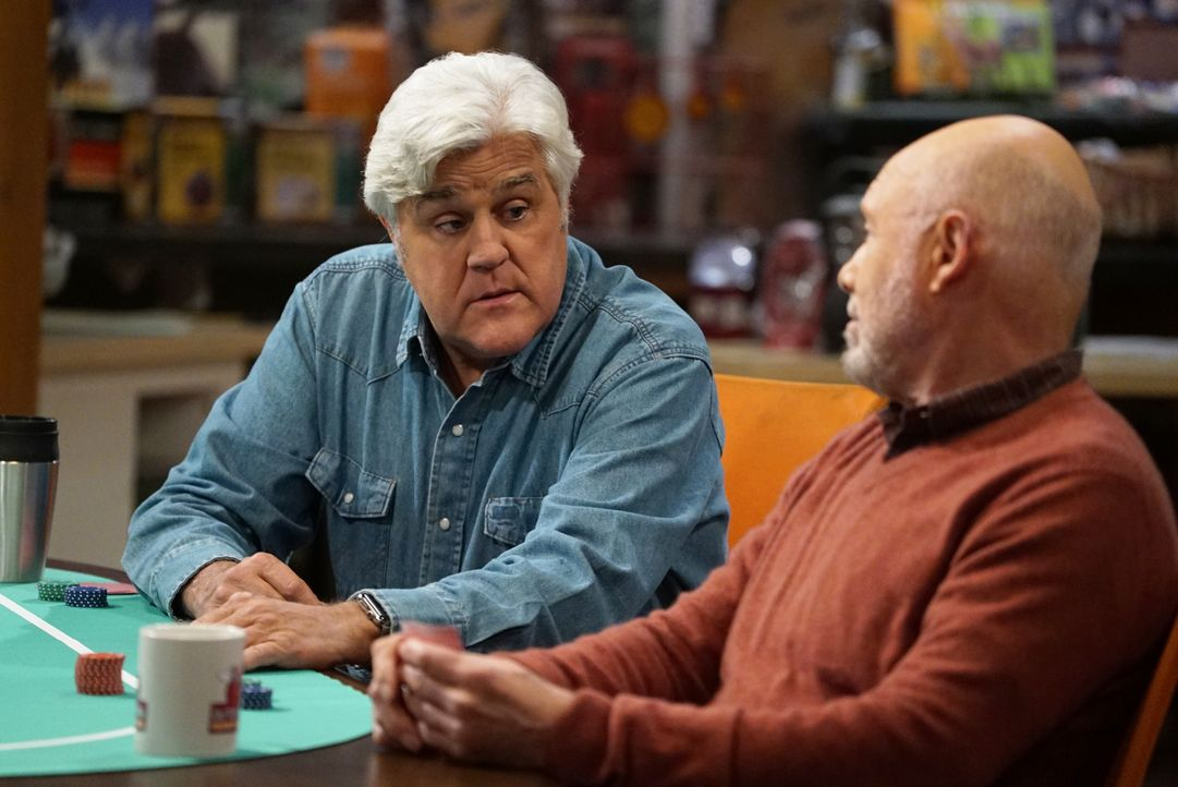 Joe (Jay Leno, l.); Ed (Hector Elizondo, r.) - Bildquelle: 2016-2017 American Broadcasting Companies. All rights reserved.