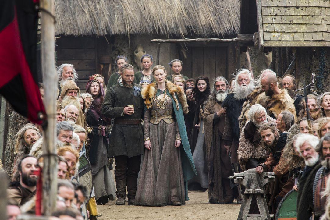 Nach den erfolgreichen Verhandlungen in England mit König Ecbert wird in Kattegat gefeiert. Doch können sich Ragnar (Travis Fimmel, M.l.) und Aslaug... - Bildquelle: 2014 TM TELEVISION PRODUCTIONS LIMITED/T5 VIKINGS PRODUCTIONS INC. ALL RIGHTS RESERVED.