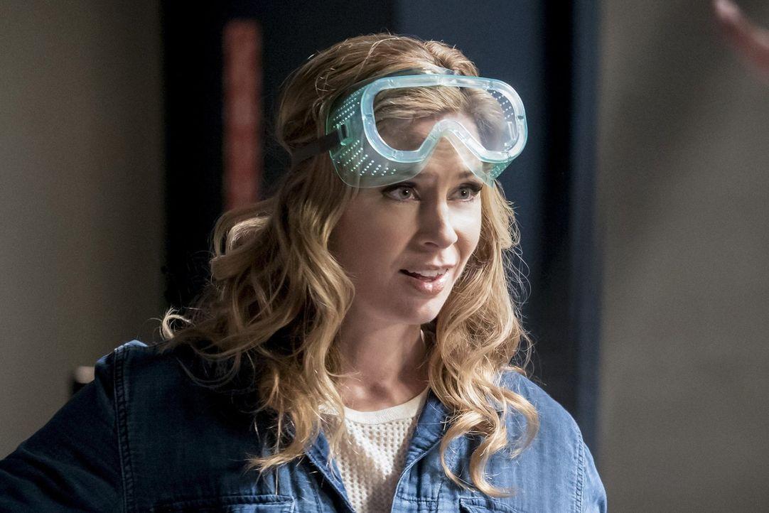 Macht Tracy (Anne Dudek) endlich Fortschritte bei der Erfindung der Falle für Savitar? - Bildquelle: 2016 Warner Bros.