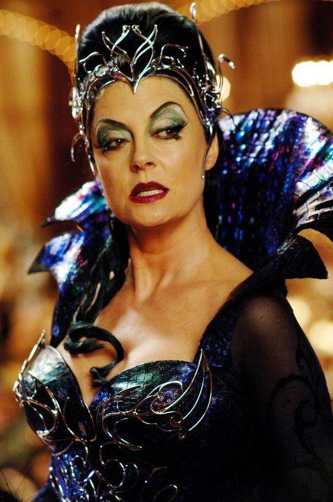 Aus Angst um ihren Thron befördert die böse Königin Narissa (Susan Sarandon) ihre Schwiegertochter Prinzessin Giselle aus dem Märchenland in das rea... - Bildquelle: Barry Wetcher Disney. All rights reserved