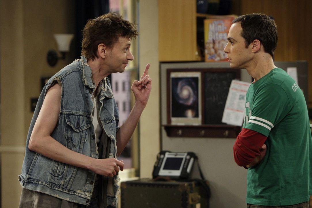 Es dauert nicht lange, da findet sich Toby (D.J Qualls, l.), Sheldons (Jim Parsons, r.) Assistent und neuer Mitbewohner, in der Rolle des drogensüc... - Bildquelle: Warner Bros. Television