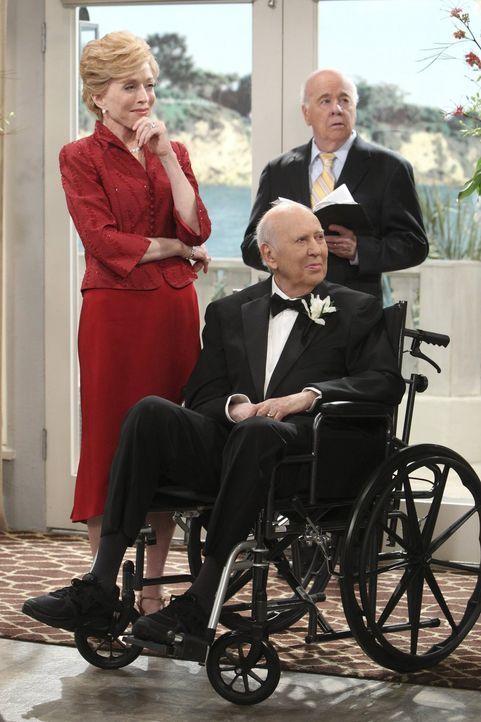 Der große Tag: Selbst Evelyn (Holland Taylor, l.) hält am Tag ihrer Hochzeit mit Marty (Carl Reiner, M.) ihre spitze Zunge im Zaum, und auch Tim (Ti... - Bildquelle: Warner Brothers Entertainment Inc.