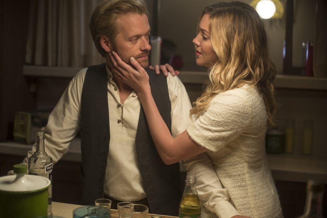 Wojciech (Adam Campbell, l.); Sharon (Katie Cassidy, r.) - Bildquelle: Warner Brothers