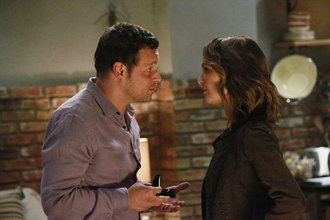 Alex (Justin Chambers, l.) hat eine ganz besondere Überraschung für Jo (Camilla Luddington, r.) ... - Bildquelle: Mitchell Haaseth ABC Studios