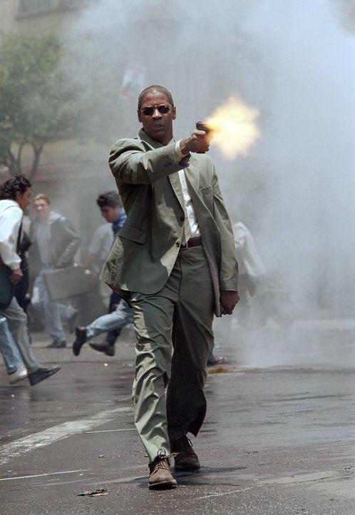 """Nach der Entführung seines kleinen Schützlings schwört Creasy (Denzel Washington), sich erbarmungslos als """"Mann unter Feuer"""" an den Männern zu r... - Bildquelle: 2004 Epsilon Motion Pictures"""