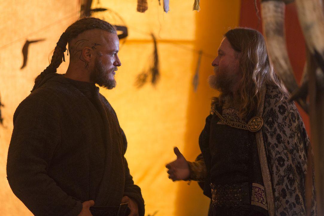 Von Athelstan hat Ragnar (Travis Fimmel, l.) von der Existenz eines weiteren Gebietes - das heutige Frankreich - erfahren. Jetzt will er König Horak... - Bildquelle: 2013 TM TELEVISION PRODUCTIONS LIMITED/T5 VIKINGS PRODUCTIONS INC. ALL RIGHTS RESERVED.