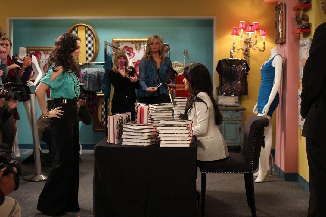 Mandy (Molly Ephraim, l.) erhält die einmalige Chance, ihr großes Idol Kim Kardashian (r.) bei einer Autogrammstunde zu treffen ... - Bildquelle: 2011 Twentieth Century Fox Film Corporation