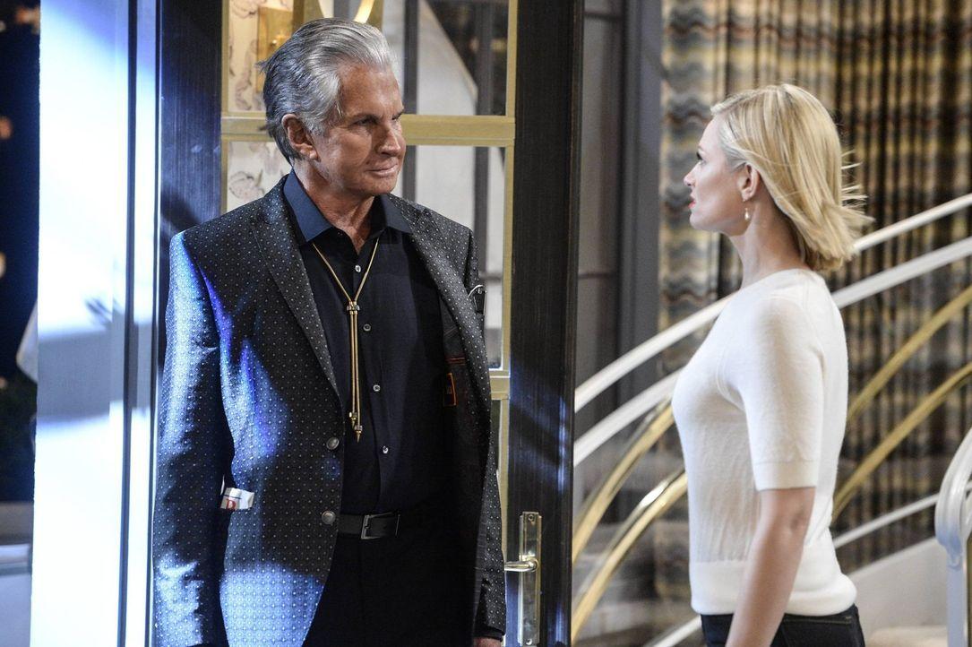 Während Max die Zeit mit Randy genießt, möchte dieser Caroline (Beth Behrs, r.) mit einem Freund verkuppeln. Doch leider ist Bob (George Hamilton, l... - Bildquelle: 2016 Warner Brothers