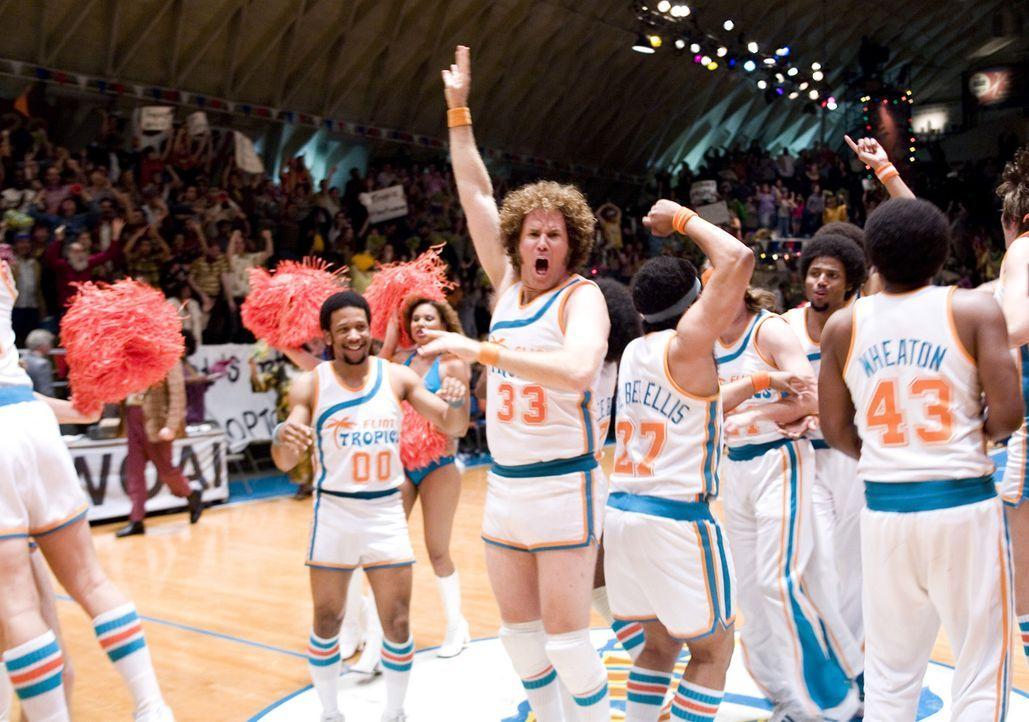 Im Kampf um den Ball: Jackie Moon (Will Ferrell) ... - Bildquelle: 2008 Warner Brothers