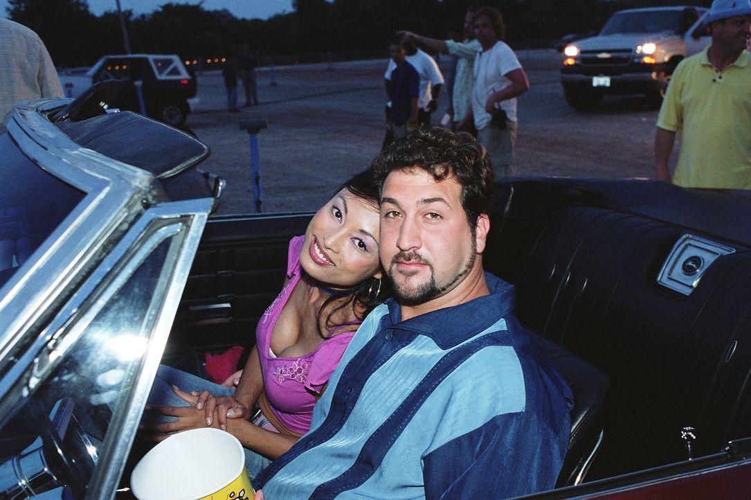 Nipp Su (Kira Clavell, l.) und Buddy (Joey Fatone, r.) haben noch viel vor ... - Bildquelle: Warner Brothers