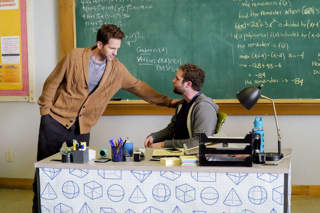 Jack Griffin (Glenn Howerton, l.); Seth (Brooks Wheelan, r.) - Bildquelle: Evans Vestal Ward 2019 Universal Television LLC. ALL RIGHTS RESERVED. / Evans Vestal Ward