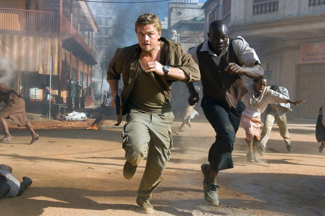 Geraten ins Visier der Rebellen: Danny Archer (Leonardo DiCaprio, l.) und Solomon Vandy (Djimon Hounsou, r.) ... - Bildquelle: Warner Bros.