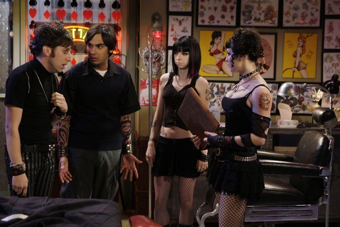 Howard (Simon Helberg, l.) und Raj (Kunal Nayyar, 2.v.l.) gehen geschminkt und verkleidet in einen Gothic-Club, um Mädchen abzuschleppen. Und tats - Bildquelle: Warner Bros. Television