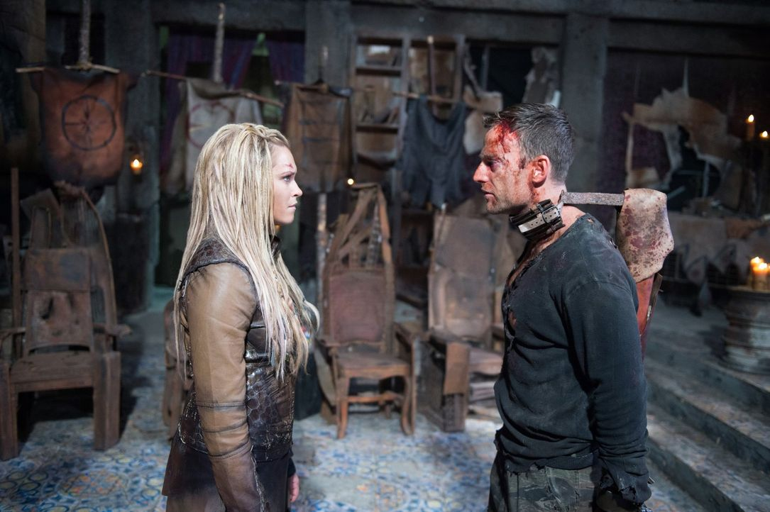 Clarke (Eliza Taylor, l.) stellt Lt. Carl Emerson (Toby Levins, r.) zur Rede und muss gleichzeitig darüber entscheiden, ob er leben oder durch ihre... - Bildquelle: 2014 Warner Brothers