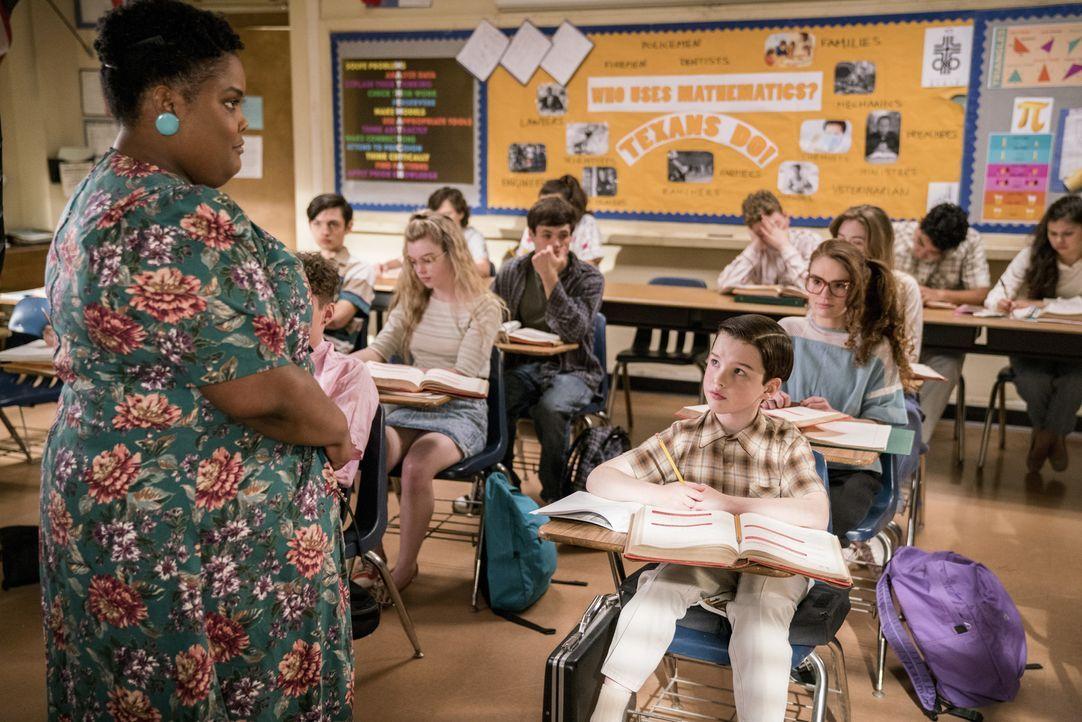 Als Sheldon (Iain Armitage, r.) sich im Unterricht langweilt, bringt er Ms. Ingram (Danielle Pinnock, l.) mehr und mehr auf die Palme ... - Bildquelle: Warner Bros. Television
