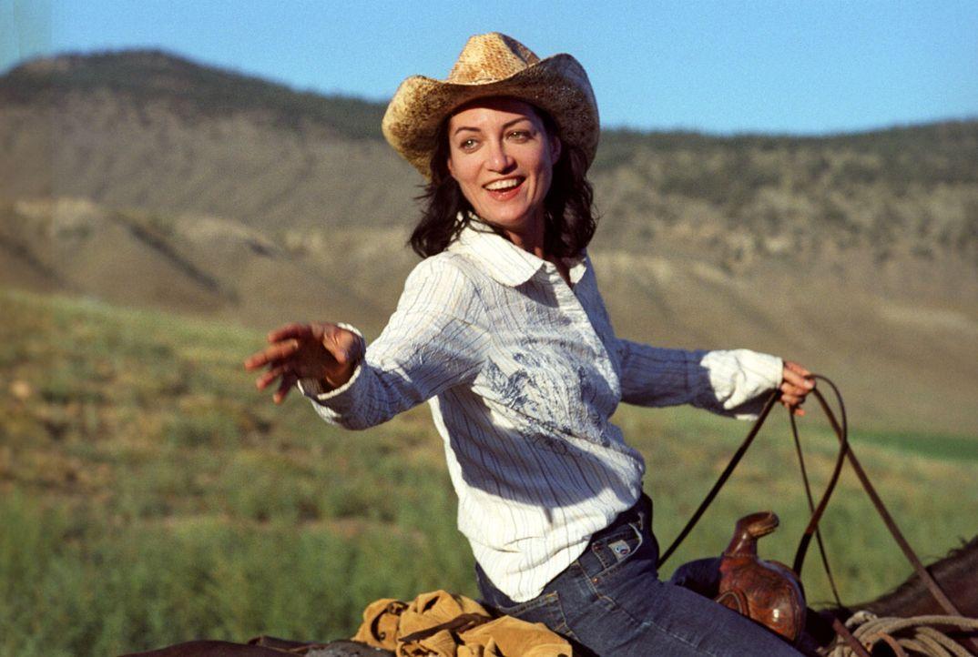 Katharina (Natalia Wörner) genießt das Leben auf der Ranch und ist verliebt ... - Bildquelle: Sat.1