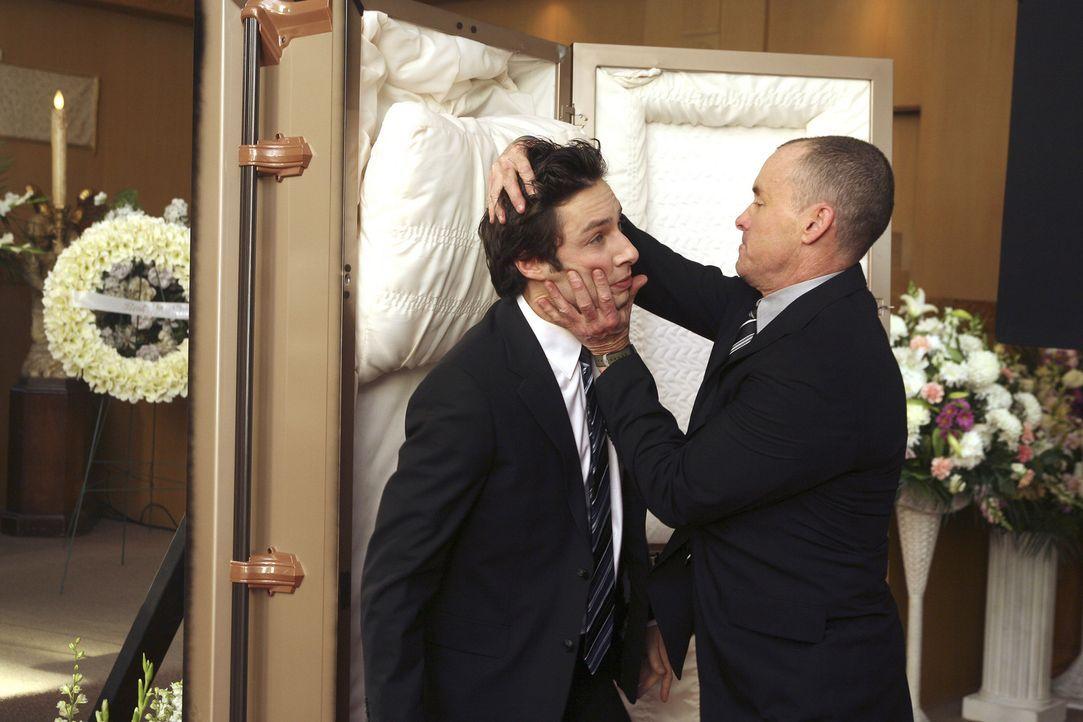 J.D.s Vorstellung: Dr. Cox (John C. McGinley, r.) nimmt auf seltsame Weise Abschied von J.D. (Zach Braff, l.) ... - Bildquelle: Touchstone Television